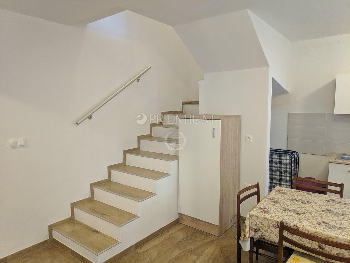 Omišalj, prodaja kuće u nizu od 51,90m2 s okućnicom od 20m2 na mirnoj lokaciji! Samo 100m od mora!