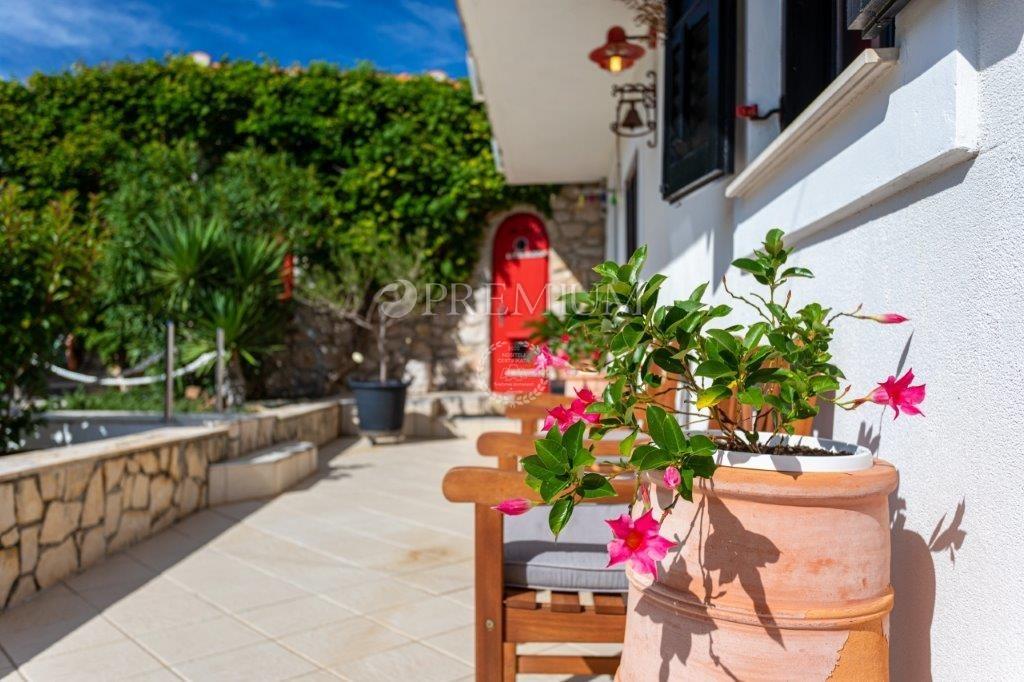 Okolica Dobrinja, prodaja, prekrasna samostojeća kuća s jacuzziem, lijepo uređenom okućnicom, pogledom na more i vinskim podrumom na mirnoj lokaciji!