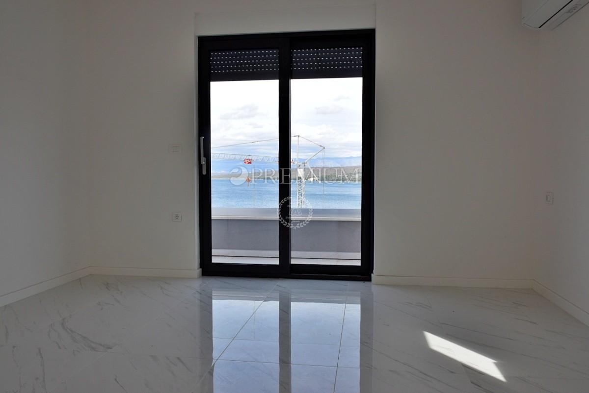Malinska, Rova, novi luksuzni penthouse od 156 m2 s velikom natkrivenom terasom s pogledom na more! Atraktivna lokacija, 100 m od mora!