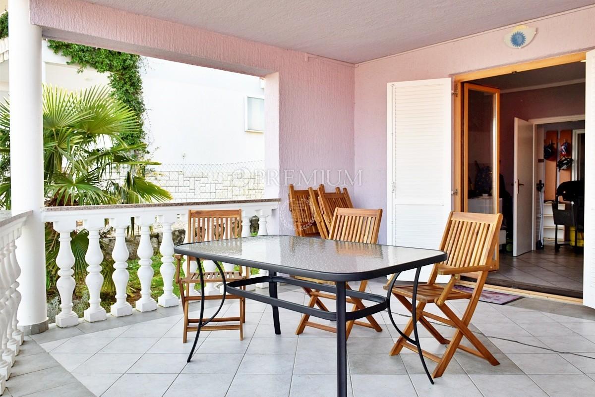 Njivice, stanovanje v pritličju z velikim vrtom in pogledom na morje, 200 m od morja!