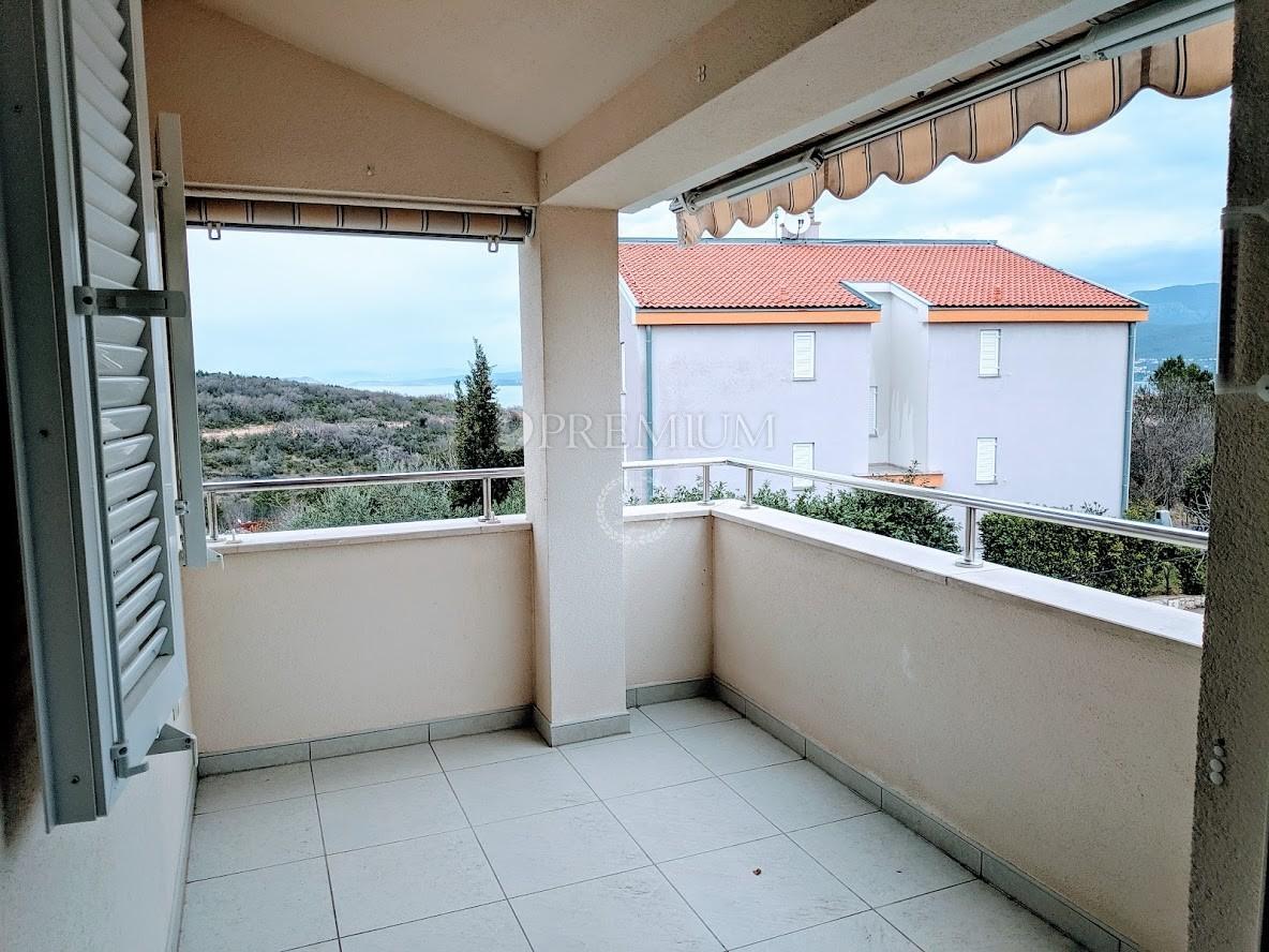 Šilo, prodaja lijepog i funkcionalnog apartmana površine 44m2 s korištenjem zajedničkog bazena na okućnici!