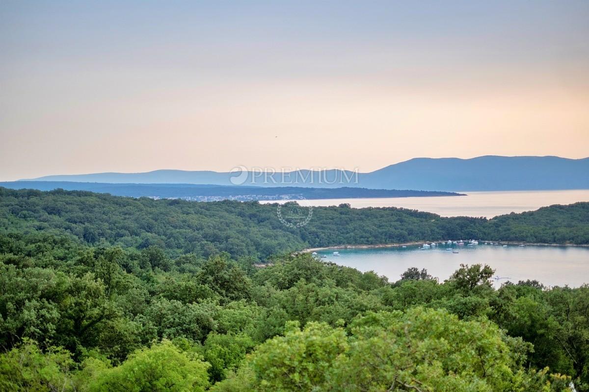Njivice, prodaja ekskluzivne vile površine 374 m2 na parceli od 750 m2 s otvorenim pogledom na more i bazenom!