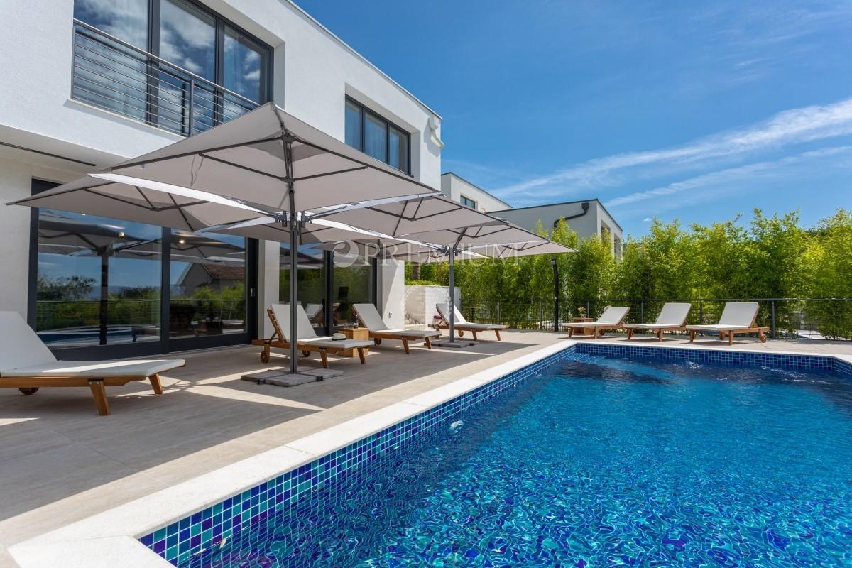 Malinska, okolica, luksuzna novogradnja od 271 m2 na parceli od 600 m2 s bazenom i pogledom na more!
