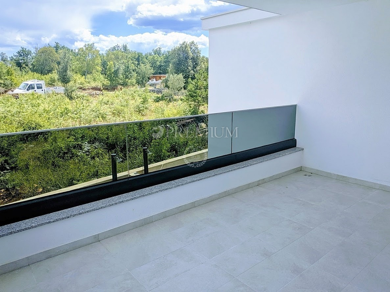 Malinska, prodaja luksuznog dvoetažnog apartmana s okućnicom i bazenom na mirnoj i atraktivnoj lokaciji! Novogradnja!