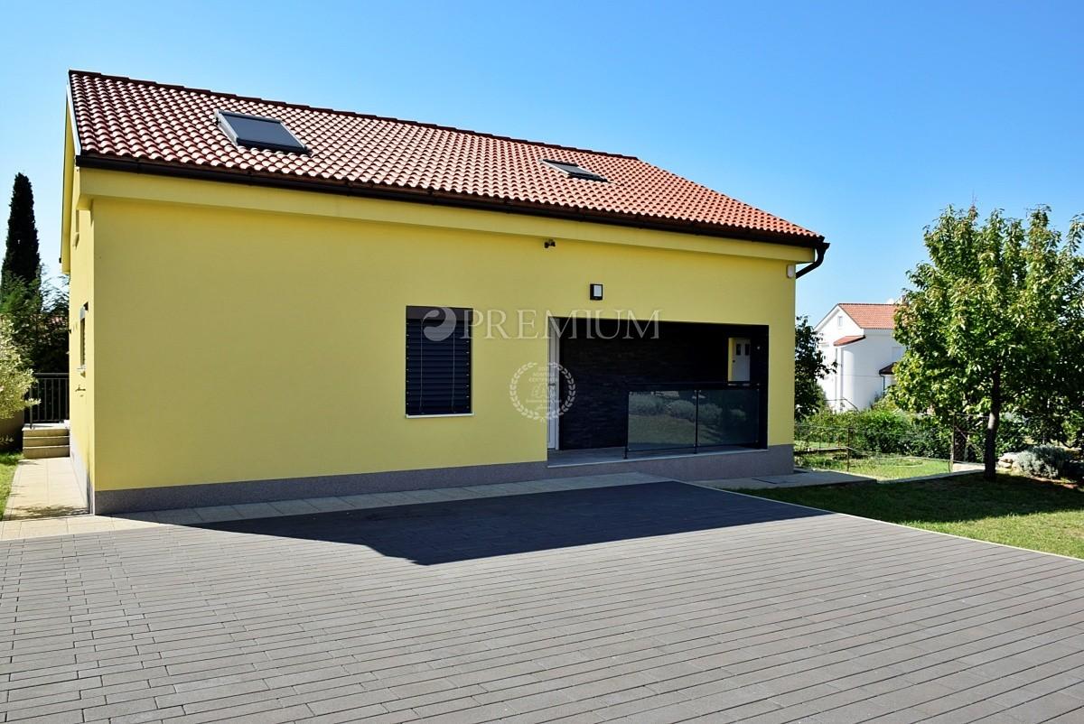 Malinska, prodaja, namještena samostojeća kuća na atraktivnoj lokaciji s prostranom okućnicom i lijepim pogledom na more!