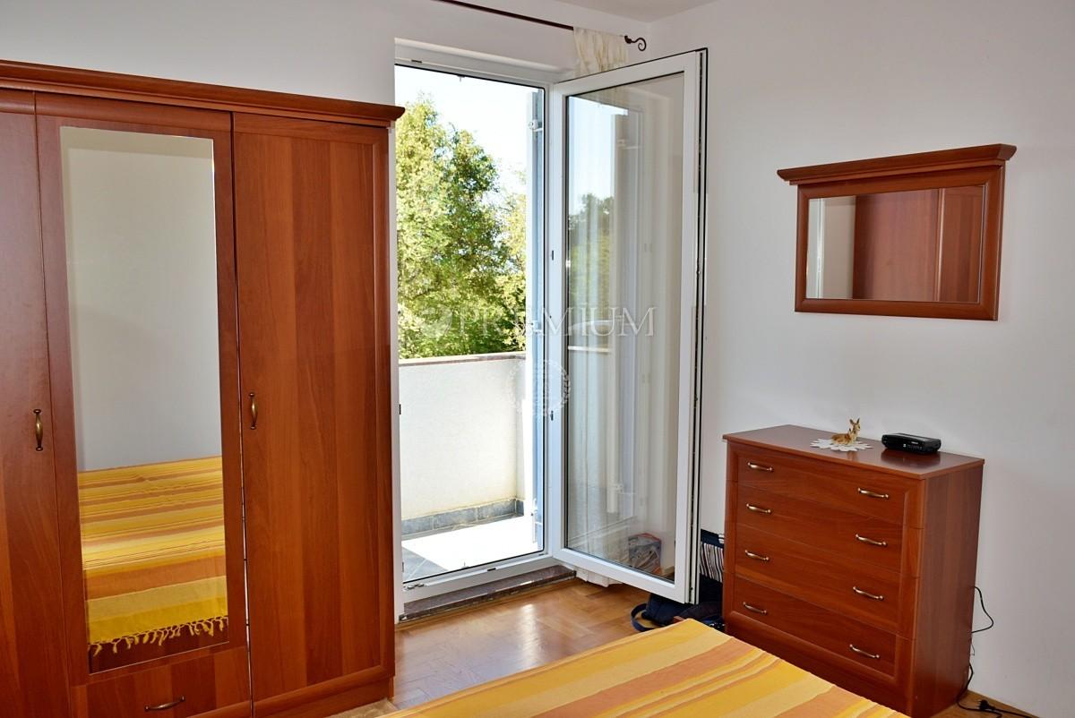 Malinska, prodaja, namješteni apartman s dobrim rasporedom, mirna lokacija!