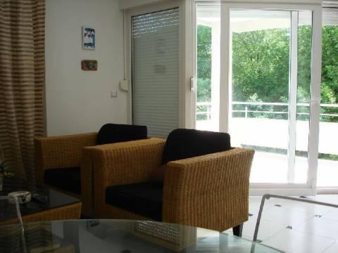 Uvala Soline, prodaje se potpuno namješten i opremljen apartman od 64m2 na 1. katu s lijepim pogledom na more !!