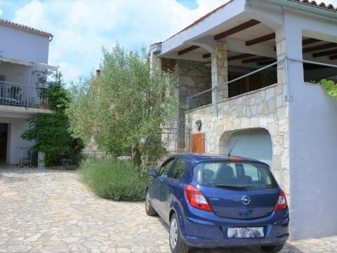 Malinska, prodaja dvije adaptirane ekskluzivne kamene kuće sa uređenom okućnicom i bazenom!!