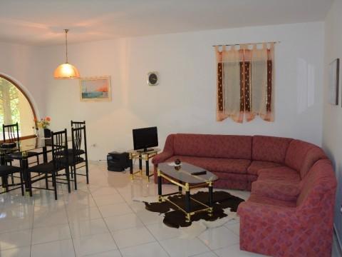 Baška, prodaja kuće u nizu sa okućnicom i dvije garaže !