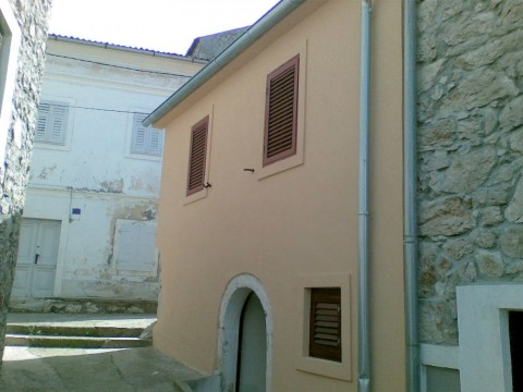 Omišalj, prodaja, obnovljena kamnita hiša v vrstici 45 m2 v centru.