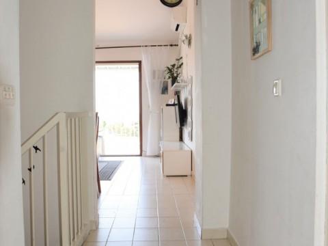 Krk, prodaja, dvoetažni stan od 75 m2 s pogledom na more. 80 m od plaže!