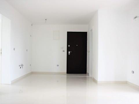 Njivice, atraktivan apartman s balkonom u novogradnji, 2.kat!