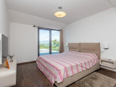 Njivice, prodaja samostojne luksuzne vile s pogledom na morje in le 300 m od morja!