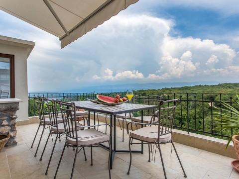 Dobrinj, prodaja luksuzno urejene kamnite hiše z dvema bazenom in pogledom na morje!