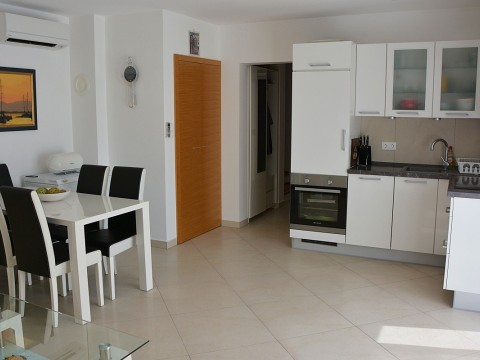 Malinska, prodaja, troetažni apartman s okućnicom, samo 250 m od mora.