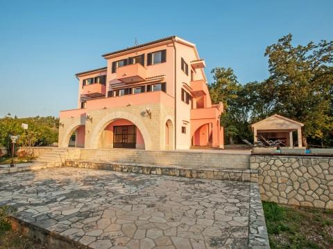 Okolica Vrbnika, prodaja večnadstropne hiše s poslovnim prostorom in pogledom na morje!