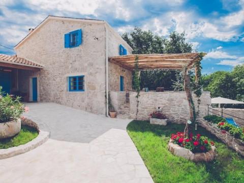 Okolica Dobrinja, prodaja, tri renovirane vile u mediteranskom stilu s bazenom i prostranom okućnicom!