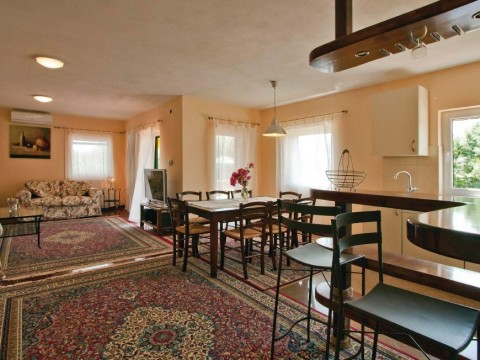 Dobrinj, okolica, prodamo opremljeno samostojno hišo z bazenom in prostornim dvoriščem!