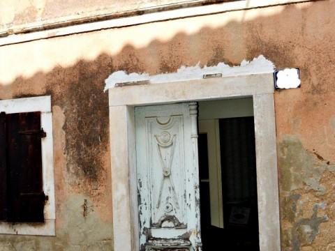 Otok Krk, Omišalj, stara kamena kuća u jezgri!