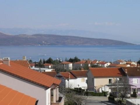 Grad Krk, prodaja dvosobnog apartmana od 42 m2 na atraktivnoj lokaciji s prekrasnim pogledom na more!