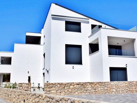 Krk, prodaja, moderno opremljen stan od 129 m2 s pogledom na more i vrtom