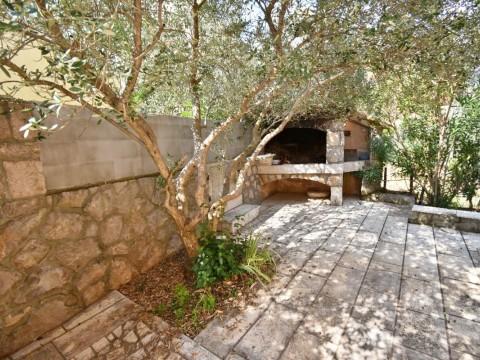 Krk, okolica, dvosobno stanovanje na mirni lokaciji, z lepim vrtom.