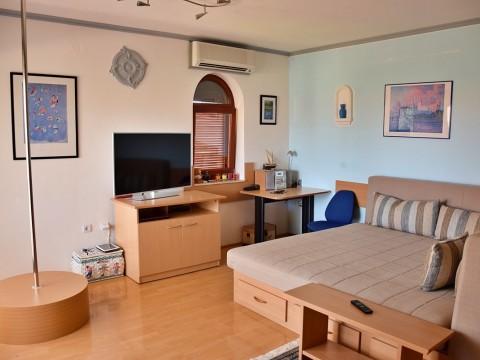 Malinska, prodaja, namješteni apartman na mirnoj lokaciji!
