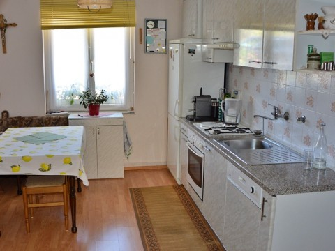Punat, na prodaj opremljena hiša s čudovitim pogledom na morje in velikim vrtom, atraktivna lokacija!
