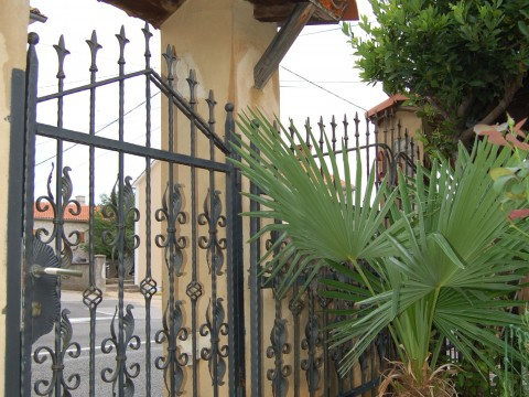 Okolica Dobrinja, prodaja dvojne kamnite hiše z dvoriščem + pokrito parkirišče !!