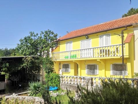 Omišalj, prodaja samostojeće kuće s pogledom na more na mirnoj lokaciji!
