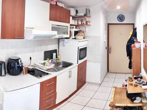 Malinska, prodaja, trosobno stanovanje v pritličju na atraktivni lokaciji v bližini centra!