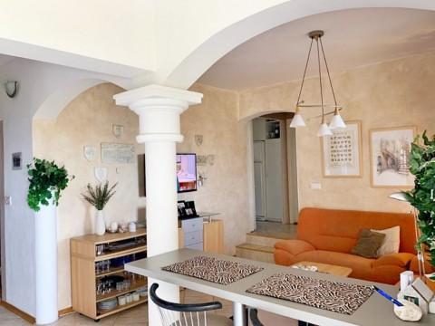 Крк, на продажу, отдельный дом с красивым садом, большой террасой и видом на море!