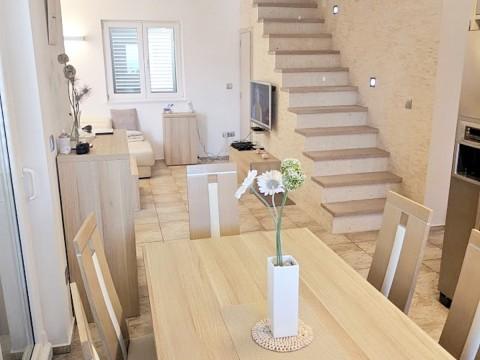 Malinska, prodaja dvoetažnog stana u kući s pripadajućim održavanim vrtom na ekskluzivnoj lokaciji!