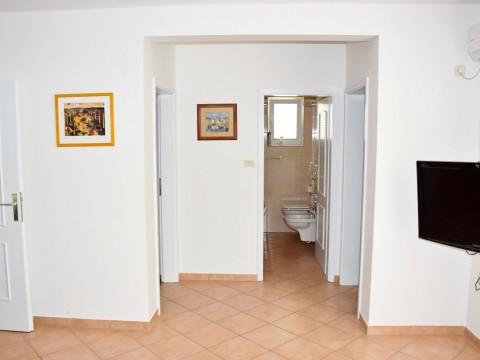 Malinska, prodaja, namješteni apartman u prizemlju, samo 100 m od mora!