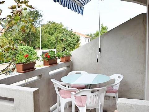 Malinska, in vendita, luminoso appartamento di 35 m2 con balcone e giardino!