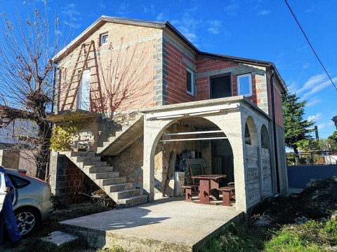 Šilo, environs, à vendre maison en pierre rénovée avec jardin et vue sur la mer!