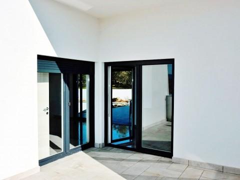 Okolica grada Krka, u prodaji prostrana moderna vila s autohtonim elementima i bazenom na mirnoj lokaciji! Novogradnja!