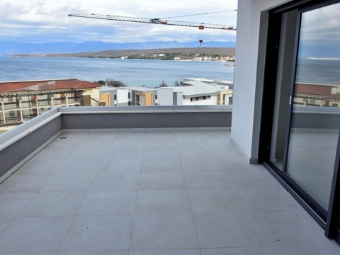 Malinska, Rova, novi luksuzni apartman s velikom terasom, samo 100 m od mora!