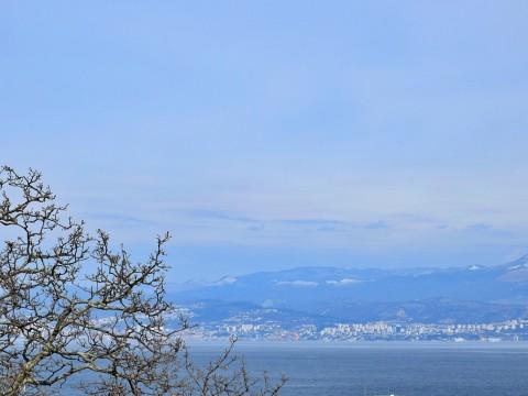 Malinska, prodaja, pritlični apartma z velikim vrtom in panoramskim pogledom na morje, na ekskluzivnem položaju, 250 m od morja!