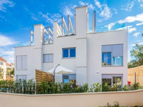 Malinska, center, nova dvojna hiša z vrtom, bazenom in pogledom na morje !!