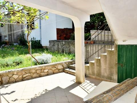 Punat, vendita della casa tradizionale in pietra di 111m2 sul terreno di 190 m2! Posizione tranquilla, a 300 metri dalla riva del mare!