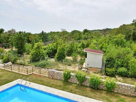 Okolica Krka, prodaje se lijepa moderna vila s bazenom i pogledom na more!