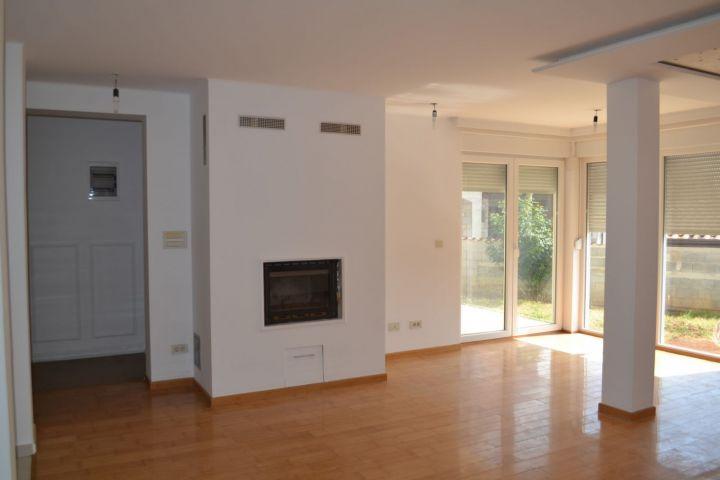 Samostojeća nova kuća sa dva komforna stana, 4 km od mora