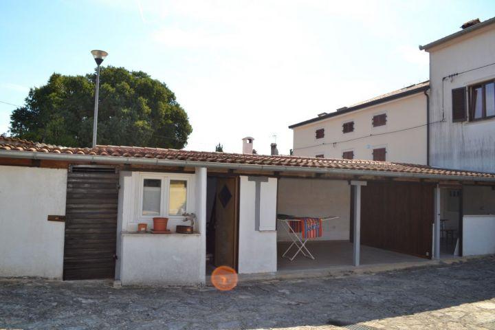 Kuća u nizu sa 2 stana, 4 km od mora