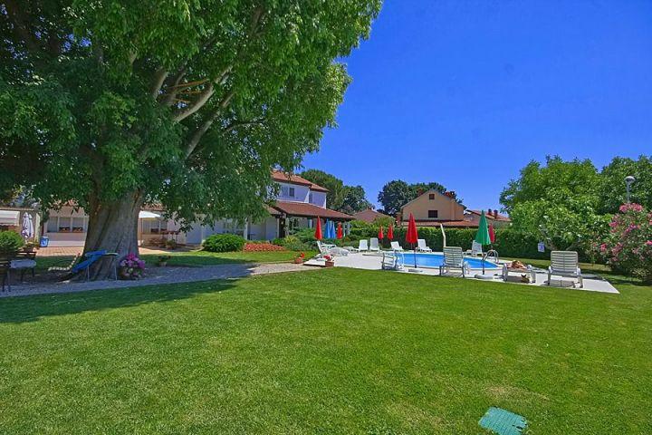 Villa sa bazenom samo 2 km od mora