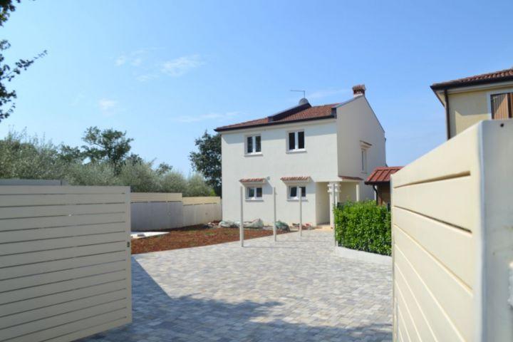 Nova kuća sa bazenom i pogledom na more, 6 km od mora