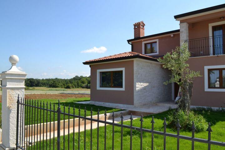 Nova villa sa bazenom, 4 km od mora