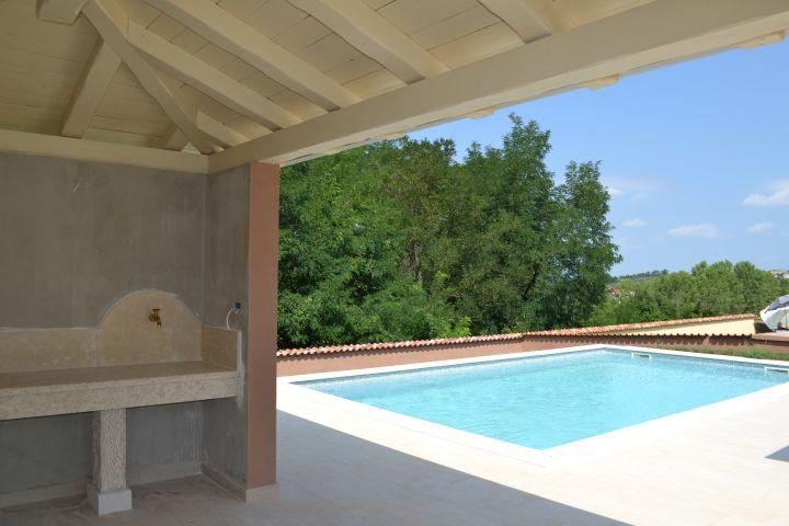 Kamena vila s bazenom u mirnom mjestu