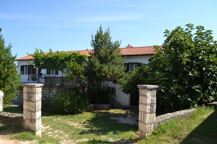 Kamena samostojeća kuća sa lijepim pogledom