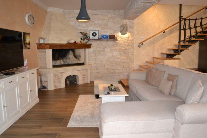 Nova kamena kuća za odmor rustikalnog interijera